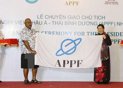 Phó Chủ tịch Quốc hội Fiji trao cờ Chủ tịch Diễn đàn Nghị viện châu Á - Thái Bình Dương nhiệm kỳ 2017-2018 cho Phó Chủ tịch Quốc hội Tòng Thị Phóng - Ảnh: TTXVN