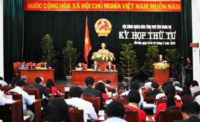 Các đại biểu biểu quyết thông qua chương trình kỳ họp - Ảnh: DƯƠNG THANH XUÂN