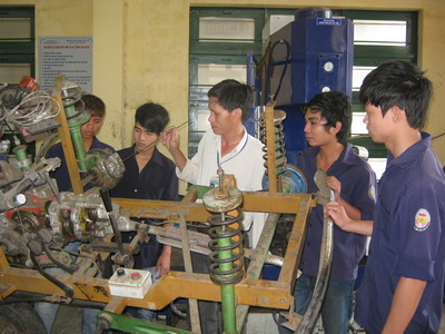 Học nghề Công nghệ ô tô tại Trường cao đẳng Nghề Phú Yên - Ảnh: THÚY HẰNG