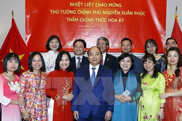 Thủ tướng Nguyễn Xuân Phúc gặp gỡ và nói chuyện với cán bộ, nhân viên Đại sứ quán Việt Nam tại Hoa Kỳ - Ảnh: TTXVN