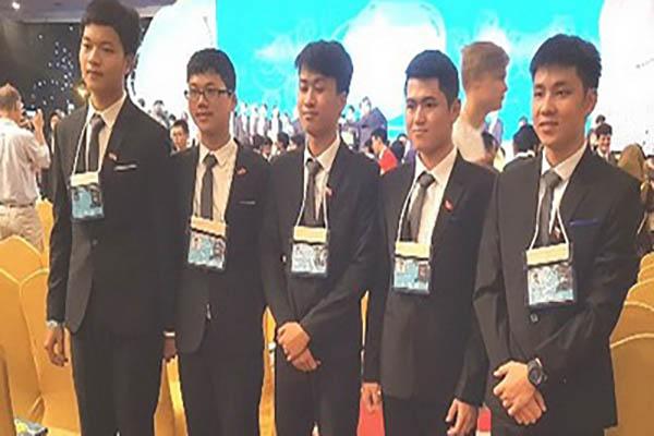 Các thành viên của đội tuyển Olympic Vật lý Việt Nam năm 2017. Nguồn: Bộ GD-ĐT