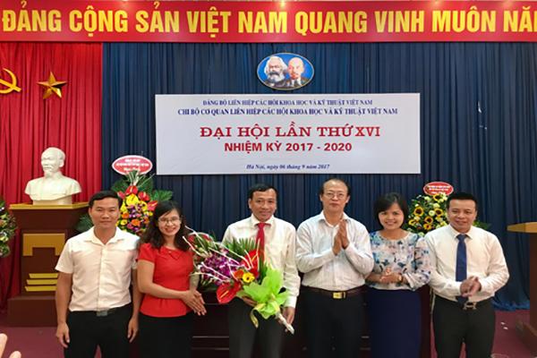 Đ/c Phạm Văn Tân Bí thư Đảng ủy Liên hiệp Hội Việt Nam tặng hoa và chúc mừng Chi ủy nhiệm kỳ 2017-2020