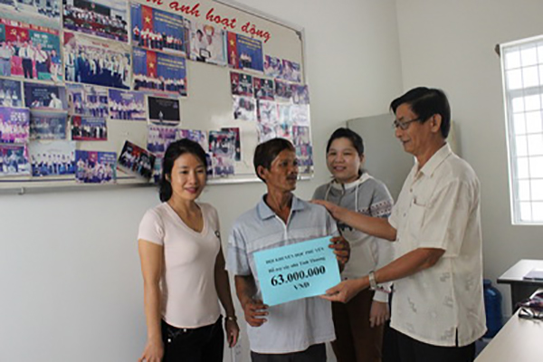 Ông Nguyễn Văn Tá- Phó Chủ tịch Hội Khuyến học Phú Yên trao tiền hỗ trợ xây nhà tình thương cho ông Trần Văn Sơn