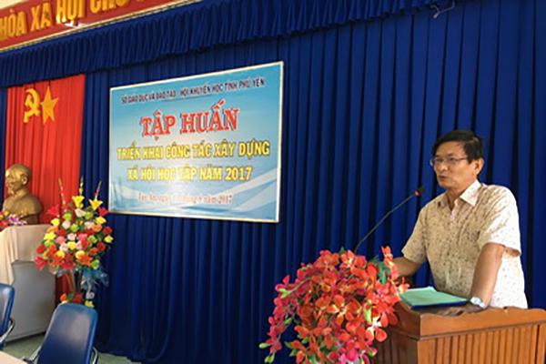 Ông Nguyễn Văn Tá- Phó Chủ tịch Hội Khuyến học Phú Yên, phát biểu tại lớp tập huấn - Ảnh: Huỳnh Đức Thế