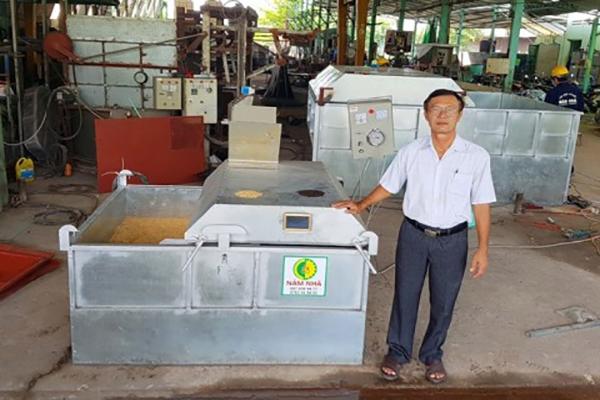 Ảnh: ông Dương Xuân Quả (Năm Nhã ở Bình Đức, TP. Long Xuyên, tỉnh An Giang) chế tác máy sấy đảo chiều từ mini đến 80 tấn/mẻ.