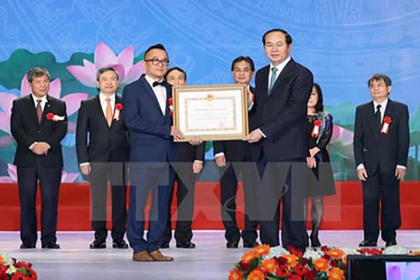 Chủ tịch nước Trần Đại Quang trao giải cho các tác giả đạt Giải thưởng Hồ Chí Minh về Khoa học và Công nghệ. (Ảnh: Nhan Sáng/TTXVN)