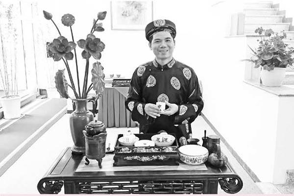 Nghệ nhân Hoàng Anh Sướng chuẩn bị nghi thức dâng trà tại nhà khách Văn phòng TW Đảng. Ảnh: CTV