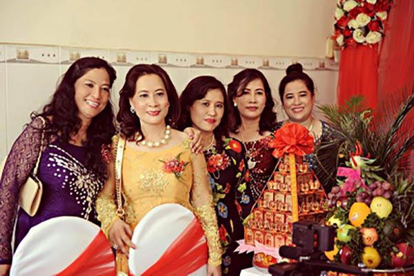 Cô giáo Vũ Khắc Ngọc Diện (bên trái) cùng với đồng nghiệp - Ảnh: Phương Quỳnh
