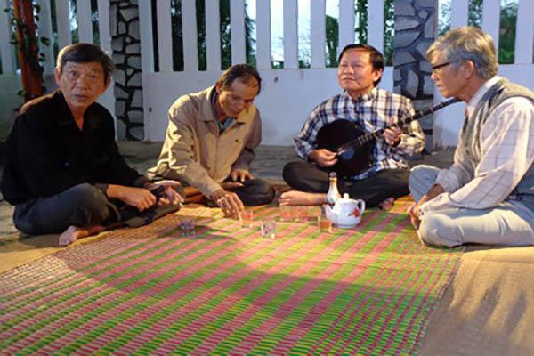 Nghệ nhân Bình Thoảng (thứ 2, từ phải sang) với những nghệ nhân cốt cán của CLB đàn hát dân ca do anh chủ xướng - Ảnh: Mạnh Tâm