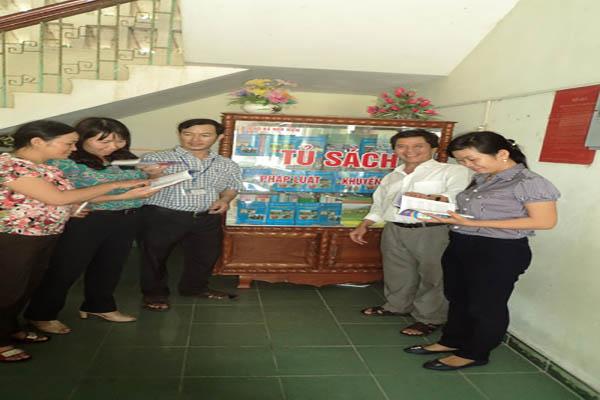 Tủ sách Khuyến công ở xã Hòa Kiến, góp phần cho người dân tìm hiểu khoa học kỹ thuật trong sản xuất. Ảnh: Văn Vũ