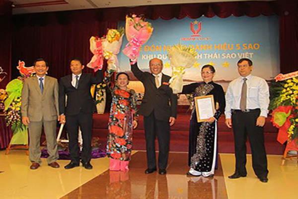 Lãnh đạo Tổng Cục Du lịch Việt Nam và UBND tỉnh Phú Yên trao Bằng Resort 5 sao cho Sao Việt Resort - Ảnh: Nguyễn Tình