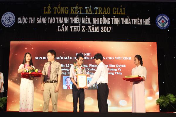 Bùi Quang Đính nhận giải Cuộc thi tỉnh Thừa Thiên Huế lần thứ X, năm 2017