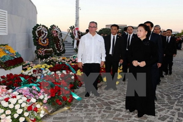 Chủ tịch Quốc hội Việt Nam đặt vòng hoa viếng cố chủ tịch Fidel Castro tại Cuba