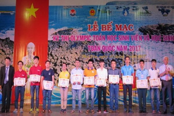 Phó Bí thư thường trực Tỉnh ủy Lương Minh Sơn và Viện trưởng Viện Toán học Việt Nam Lê Tuấn Hoa trao giải xuất sắc cho 11 sinh viên đạt giải nhất ở cả hai môn thi
