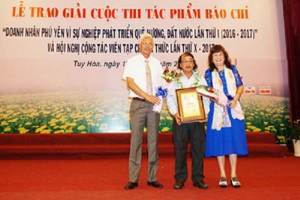 Phó Bí thư thường trực Tỉnh ủy Lương Minh Sơn và Giám đốc Công ty TNHH Bích Hợp trao giải nhì cho tác giả - Ảnh: DƯƠNG THANH XUÂN