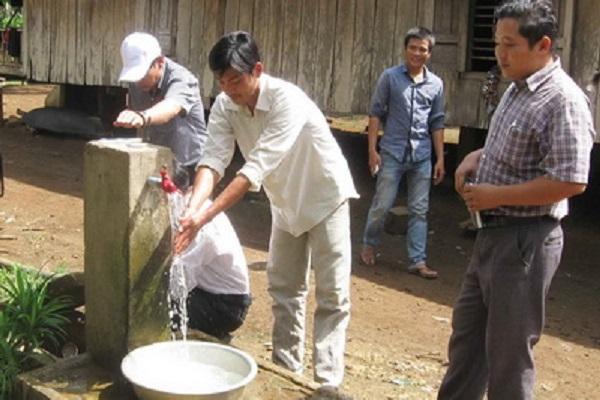 Nước sạch ở một buôn đồng bào dân tộc thiểu số huyện Sông Hinh - Ảnh: NGỌC CHUNG