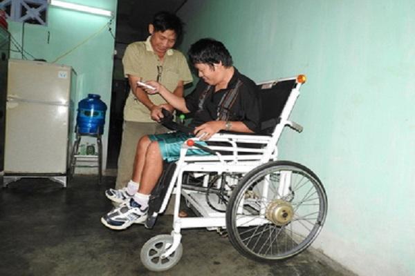 Giải pháp xe lăn điện của tác giả Nguyễn Văn Thắng (TX Sông Cầu) giúp người bị liệt có thể di chuyển dễ dàng, thuận tiện - Ảnh: THÁI HÀ