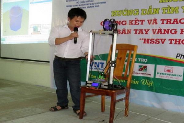 Nguyễn Hoàng Viên thuyết trình ứng dụng của máy in 3D do mình tạo ra - Ảnh: THÚY HẰNG