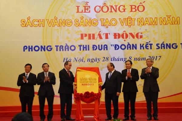 Các đồng chí lãnh đạo thực hiện nghi thức công bố Sách vàng sáng tạo Việt Nam 2017