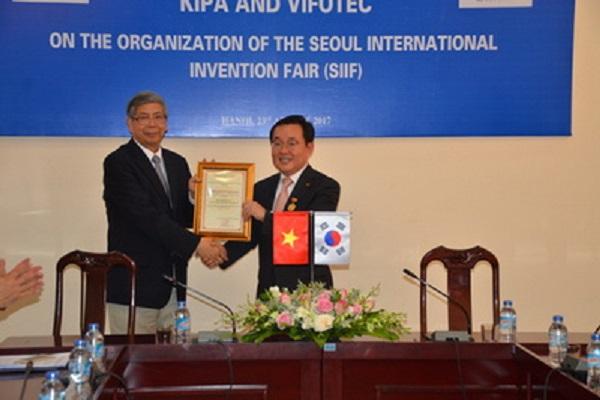 GS.TSKH Đặng Vũ Minh, Chủ tịch Liên hiệp Hội Việt Nam trao kỷ niệm chương vì sự nghiệp sáng tạo Khoa học Công nghệ Việt Nam cho TS. Lee Joon Seok