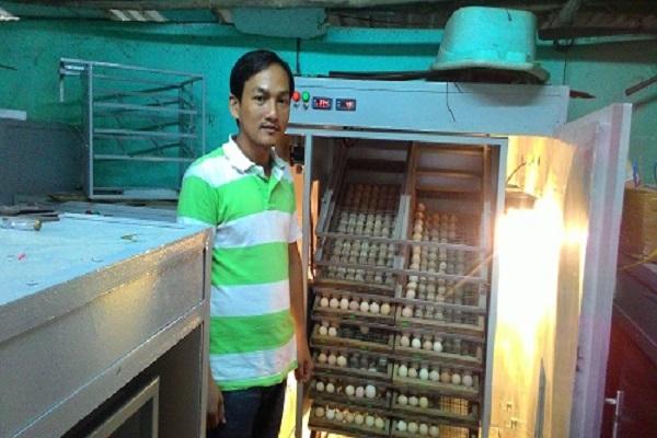 Anh Nguyễn Văn Nhân tại cơ sở sản xuất máy ấp trứng của mình