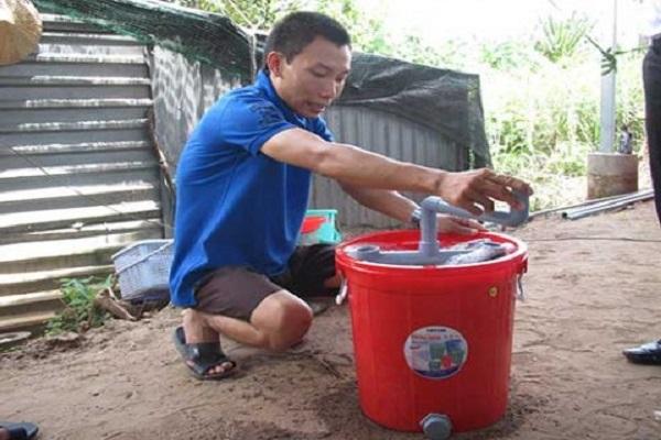 Anh Trần Hồng Tuyên đang thao tác xô giặt