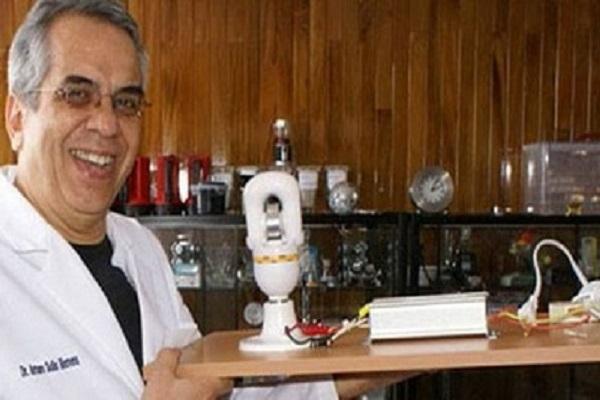 Nhà khoa học Mexico Arturo Solis Herrera và loại pin vĩnh cửu mà ông chế tạo - Nguồn: facebook./pages/Arturo-Solis-Herrera