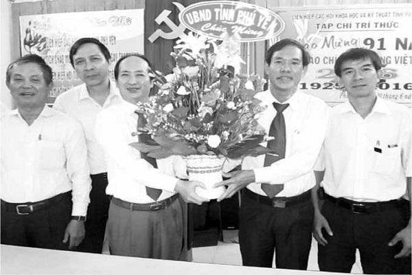 Đ/c Phan Đình Phùng, Tỉnh ủy viên, Phó Chủ tịch UBND Tỉnh (thứ 3, bên trái) cùng lãnh đạo Sở TT-TT Phú Yên tặng quà BBT Tạp chí Trí thức Phú Yên - Ảnh: Huỳnh Đức Thế