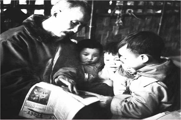 Bác Hồ đọc báo cho các cháu nghe tại trại nhi đồng ở Việt Bắc, năm 1950. Ảnh: Tư liệu