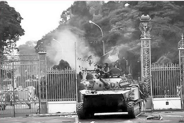 Xe tăng của Bộ đội tiến vào Dinh Độc lập sáng ngày 30/4/1975. Ảnh: Tư liệu