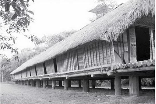 Ngôi nhà dài truyền thống của Êđê M dhur, ngày xưa. Ảnh: TL