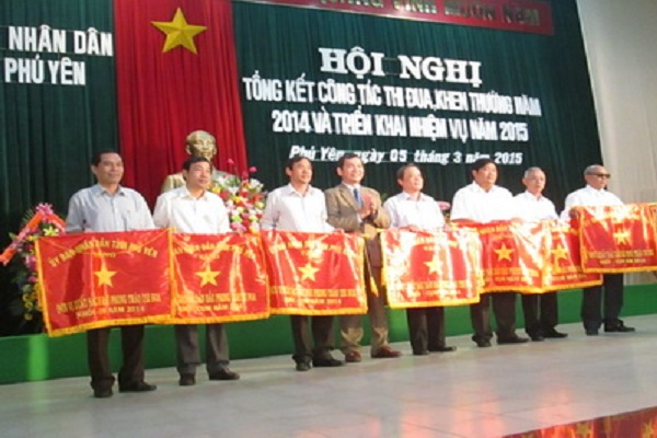 Th.S Nguyễn Hoài Sơn-Chủ tịch LHH-PY (thứ 3, bên trái) Đại diện lãnh đạo LHH nhận Cờ thi đua cùng các đơn vị tại Hội nghị - Ảnh: Hoàng Thế