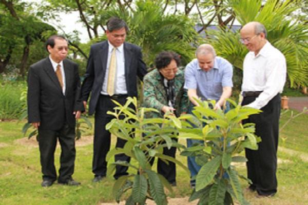 Các vị lãnh đạo cấp cao trong khu vườn hữu nghị - Ảnh: Minh Ký