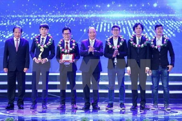 Thủ tướng Chính phủ Nguyễn Xuân Phúc và Bộ trưởng TT-TT Trương Minh Tuấn trao giải Nhất cho nhóm tác giả đoạt giải trong lĩnh vực Công nghệ thông tin - Ảnh: TTXVN