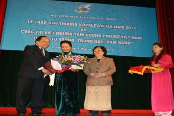 Lãnh đạo nhà nước trao hoa và bằng khen cho nhà khoa học đoạt giải thưởng