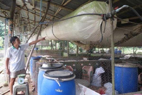 Ông Lê Hoàng Thanh giới thiệu túi chứa khí dẫn đến nhà bếp dùng làm chất đốt