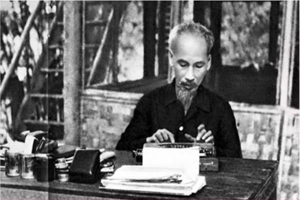 Riêng trong tháng 1/1955, cùng với những trách nhiệm nặng nề, bận rộn, Chủ tịch Hồ Chí Minh vẫn viết và cho đăng lên báo Đảng 32 bài báo. Ảnh: Tư liệu