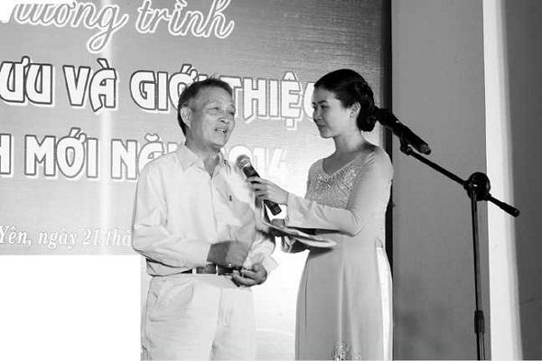 MC Phương Trà (phải) trong một sự kiện nghệ thuật. Ảnh: Hùng Phiên