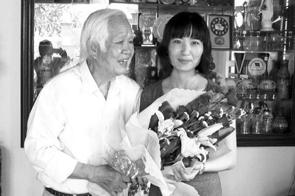TS Nguyễn Xuân Đàm chúc mừng PGS-TS Lê Nhất Tú – một người con Phú Yên thành danh trên đất Mỹ - Ảnh: THÚY HẰNG