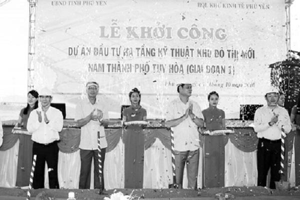 Các đồng chí lãnh đạo tỉnh thực hiện nghi thức khởi công dự án đầu tư hạ tầng kỹ thuật khu đô thị mới Nam TP Tuy Hòa (Giai đoạn 1). Ảnh: Ngô Xuân