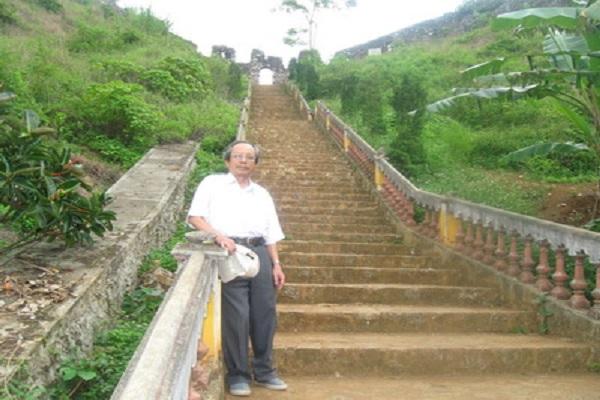 Nhà văn Trần Huiền Ân tại Di tích thành nhà Mạc ở tỉnh Cao Bằng.