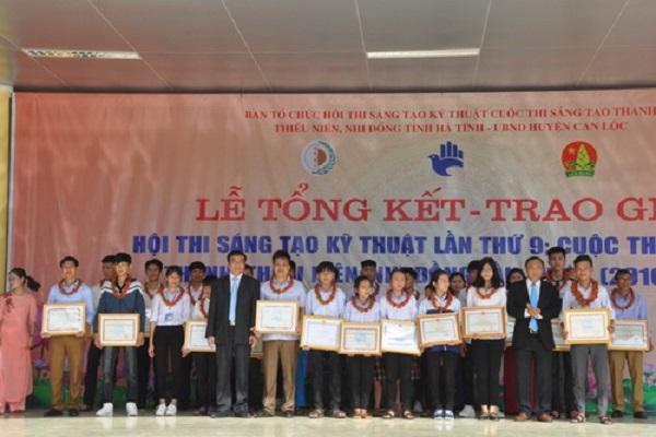 Ông Võ Hồng Hải, Phó Chủ tịch HDDND tỉnh Hà Tĩnh và ông Lê Công Lương, Phó Tổng Thư ký Liên hiệp các Hội KH&KT Việt Nam trao giải Nhất cho các tác giả, nhóm tác