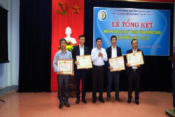 Ông Trần Tiến Dũng, TUV, Phó Chủ tịch UBND tỉnh trao giải cho các tác giả