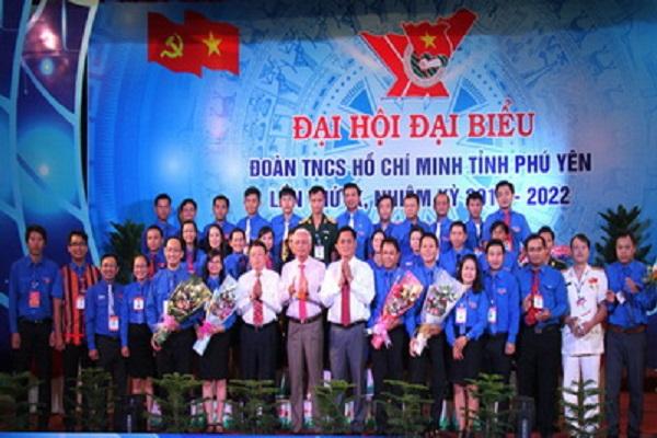 Các đồng chí lãnh đạo tỉnh tặng hoa chúc mừng các đồng chí trúng cử Ban Chấp hành Tỉnh đoàn Phú Yên khóa IX, nhiệm kỳ 2017-2022 - Ảnh: TRUNG HIẾU