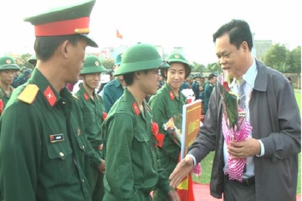 Đồng chí Huỳnh Tấn Việt Bí thư Tỉnh ủy tặng hoa và chúc các chiến sỹ lên đường hoàn thành tốt nhiệm vụ.