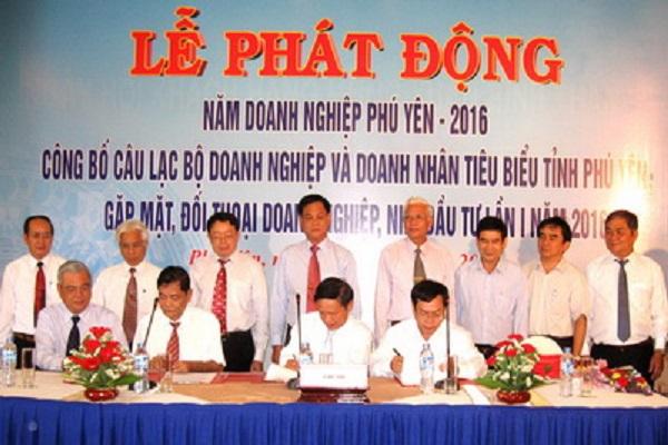 Các đồng chí lãnh đạo tỉnh chứng kiến các đơn vị chức năng và doanh nghiệp ký kết thực hiện Năm Doanh nghiệp Phú Yên 2016 - Ảnh: PV