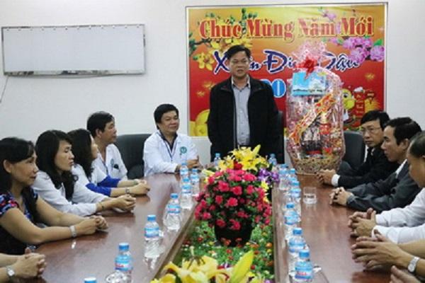 Bí thư Tỉnh ủy Huỳnh Tấn Việt thăm và chúc tết các bác sĩ ở Bệnh viện Đa khoa tỉnh - Ảnh: NGÔ XUÂN