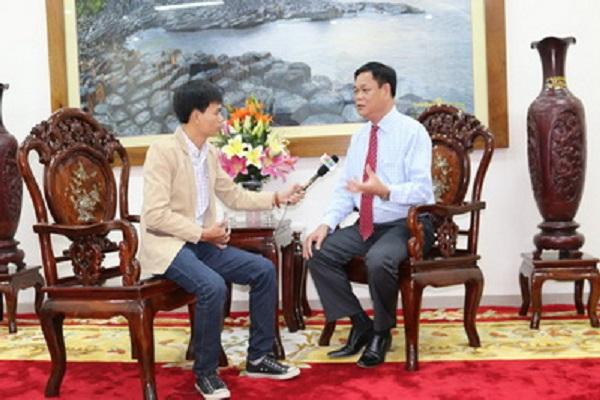 Bí thư Tỉnh ủy Huỳnh Tấn Việt trả lời phỏng vấn Đài PT-TH Phú Yên về công tác xây dựng, chỉnh đốn Đảng - Ảnh: THẠCH BÍCH