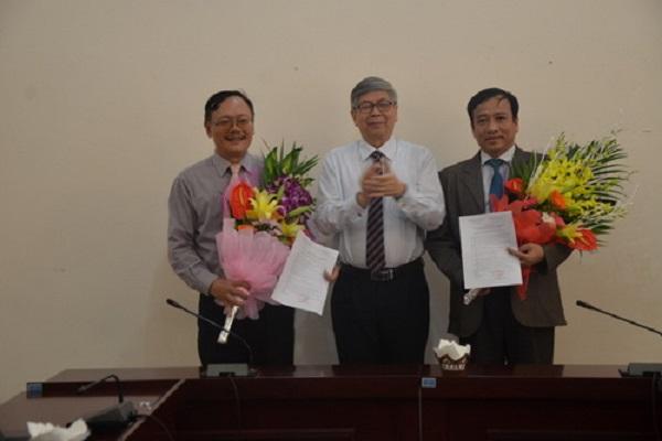 Chủ tịch LHHVN trao Quyết định và tặng hoa chúc mừng ông Lê Công Lương và ông Lê Duy Tiến.