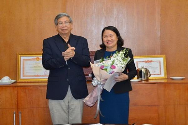 Chủ tịch LHHVN trao Quyết định và tặng hoa chúc mừng bà Bùi Kim Tuyến.